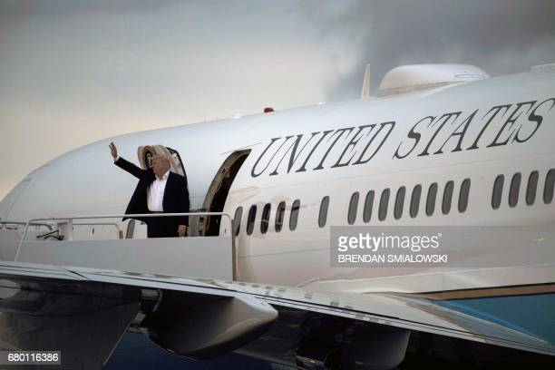 President Donald Trump boards Air Force One at Morristown Municipal Airport May 7, 2017 in Morristown, New Jersey. / AFP PHOTO / Brendan Smialowski