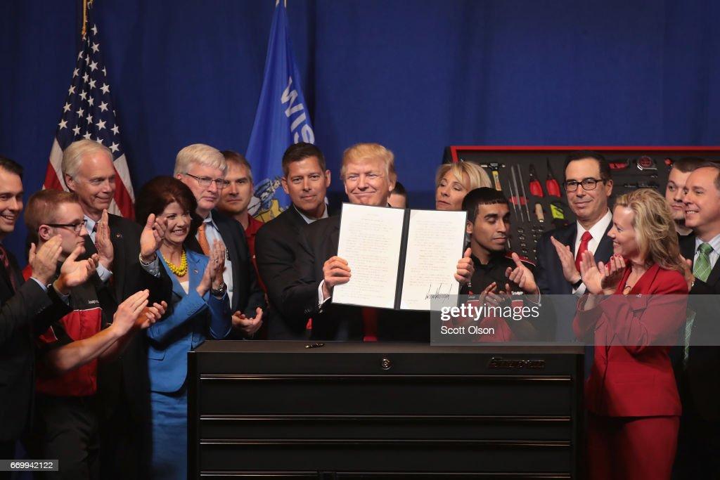 President Trump Visits Snap-On Tools In Kenosha, Wisconsin : ニュース写真