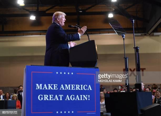 US President Donald Trump speaks at a 'Make America Great Again' rally in Phoenix Arizona on August 22 2017 / AFP PHOTO / Nicholas Kamm