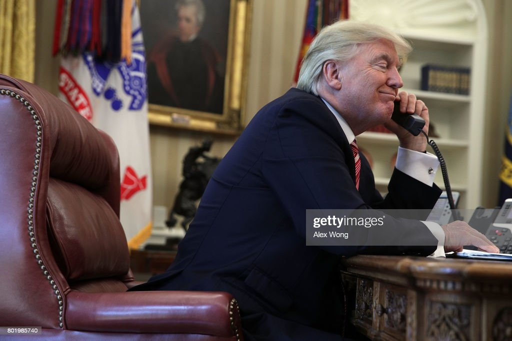 President Trump Calls Prime Minister Of Ireland From Oval Office : Nieuwsfoto's