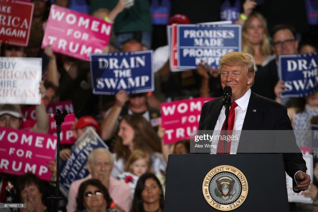 President Trump Marks 100 Days In Office With Rally In Pennsylvania : Fotografía de noticias