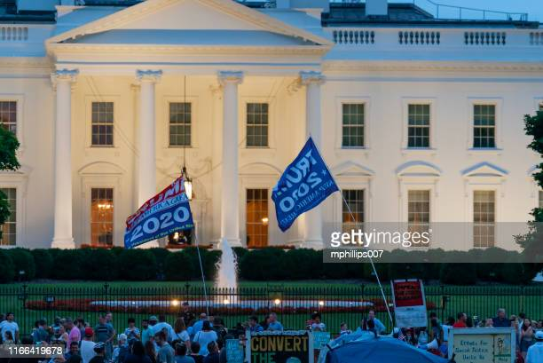 us-präsident donald trump unterstützer und demonstranten im weißen haus - us president stock-fotos und bilder