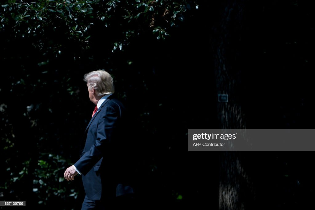 US President Donald Trump walks to Marine One on the South Lawn of the White House August 22, 2017 in Washington, DC en route to Yuma, Arizona. / AFP PHOTO / Brendan Smialowski