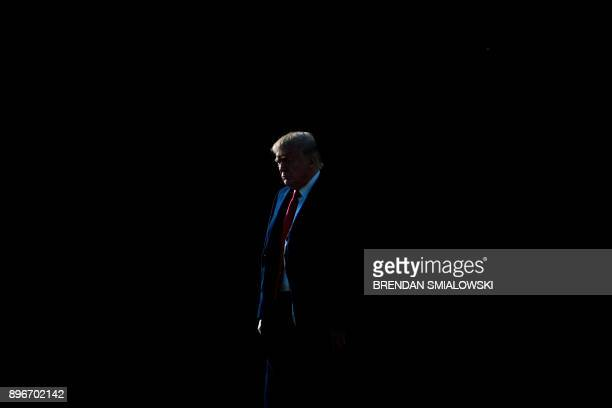 US President Donald Trump walks to Marine One on the South Lawn of the White House December 21 2017 in Washington DC / AFP PHOTO / Brendan Smialowski