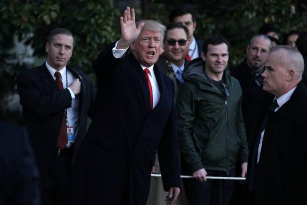 president trump returns to the white houseの写真およびイメージ