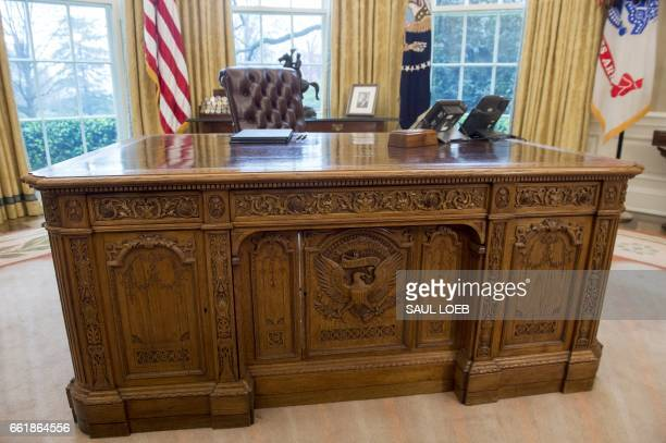President Donald Trump's desk, the Resolute Desk, is seen in the Oval Office of the White House in Washington, DC, March 31, 2017. / AFP PHOTO / SAUL...