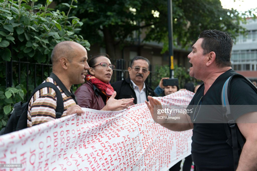 President Duque suporter (R) confronting to the anti Ivan... : News Photo