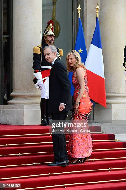President Francois Hollande of France hosts a state dinner honoring Queen Elizabeth II and Prince Philip Duke of Edinburgh at the Elysée Palace in...