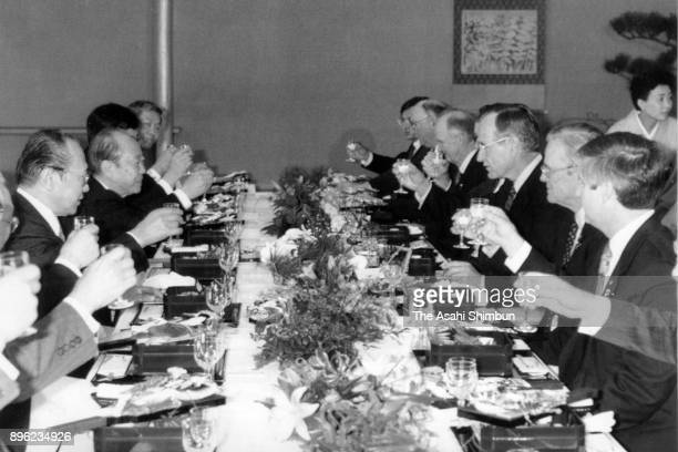 US President George Bush and Japanese Prime Minister Kiichi Miyazawa toast glasses with ministers during their working lunch at the Akasaka State...