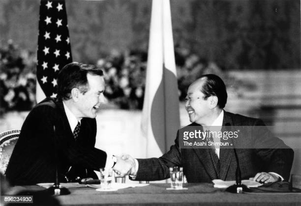 US President George Bush and Japanese Prime Minister Kiichi Miyazawa shake hands after a joint press conference following their meeting at the...