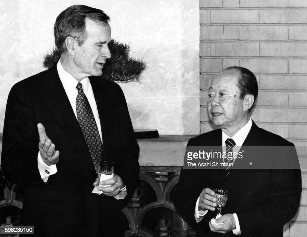 US President George Bush and Japanese Prime Minister Kiichi Miyazawa talk prior to their dinner at the prime minister's official residence on January...