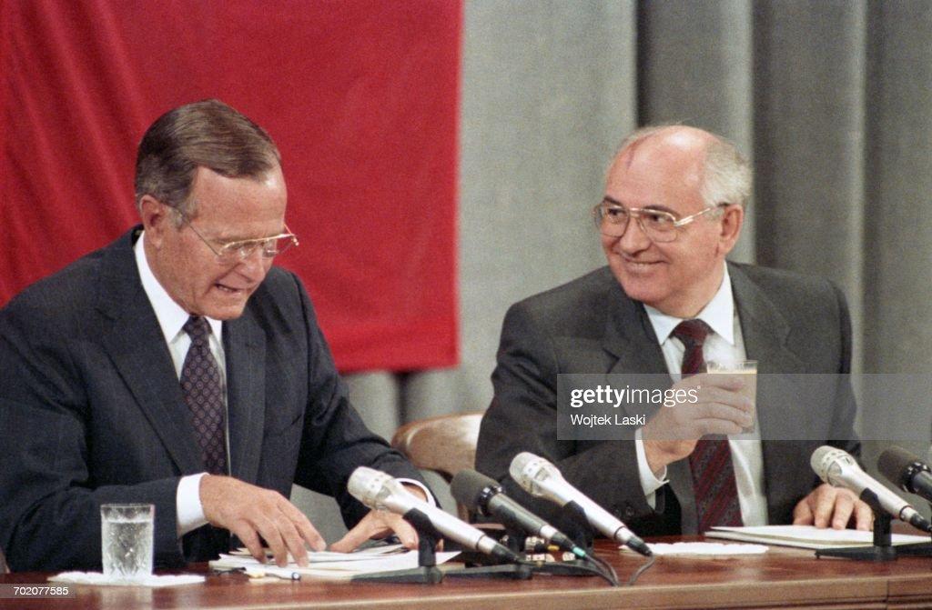 Mikhail Gorbachev And George Bush : ニュース写真