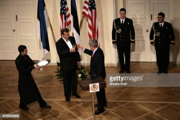 US President George W Bush and Estonian President Toomas Hendrik Ilves toast during their lunch in Talinn Estonia November 28 2006 Bush is visiting...
