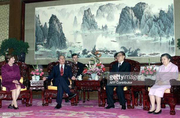 US President George W Bush and First Lady Laura listen to Chinese President Jiang Zemin together with his wife Wang Yeping relates the history of the...