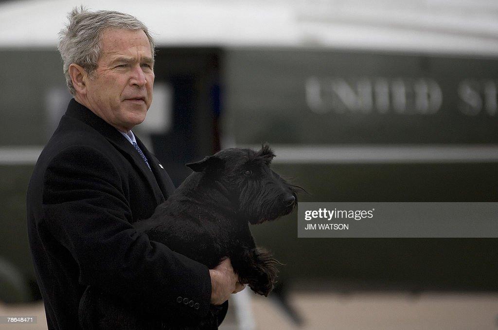 US President George W. Bush carries his : Nachrichtenfoto