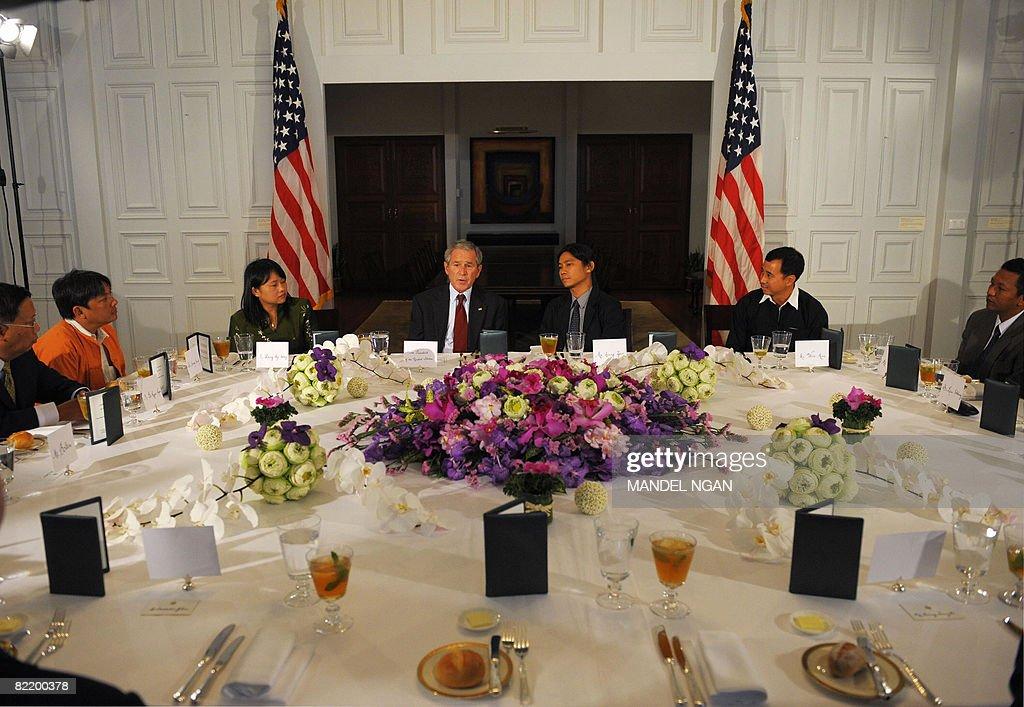 US President George W. Bush (CL), flanke : News Photo