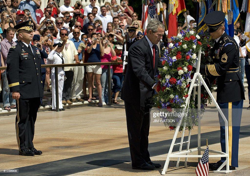 US President George W. Bush (C) lays a w : News Photo