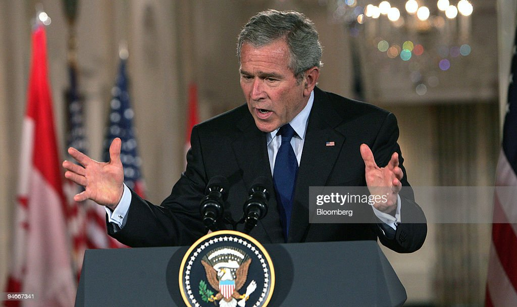 President George W. Bush speaks at a joint press conference : ニュース写真