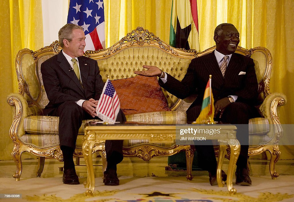 US President George W. Bush (L) speaks w : News Photo