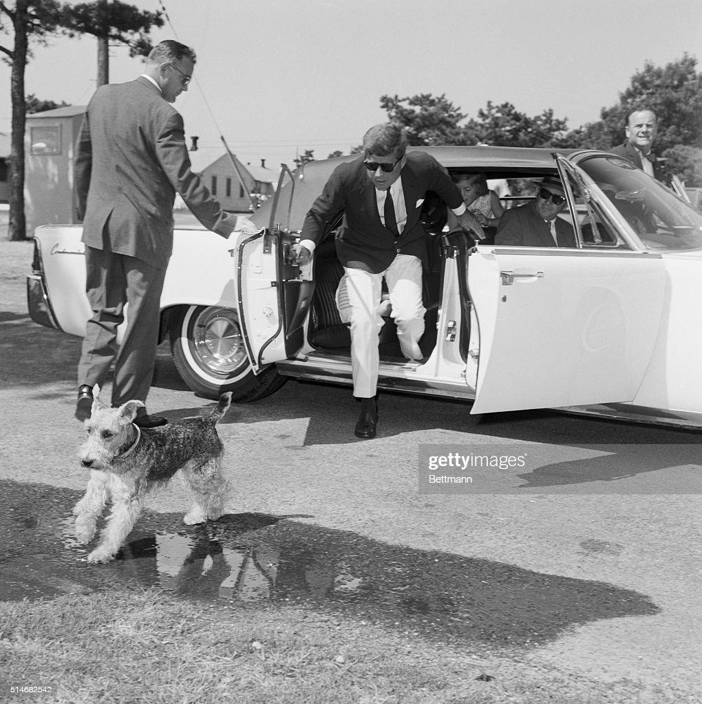 President Kennedy Chasing Dog : Nachrichtenfoto