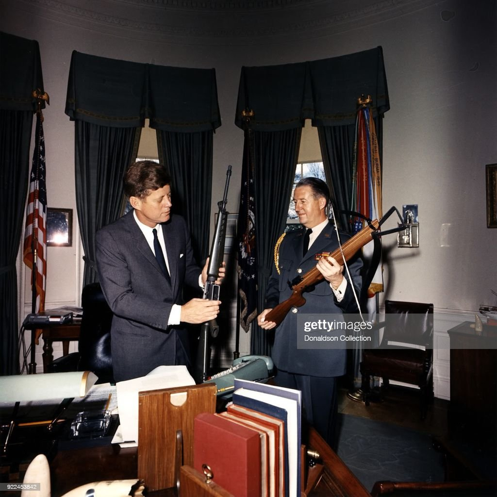 President Kennedy Examines an Early Colt AR-15 in the White House : Nachrichtenfoto