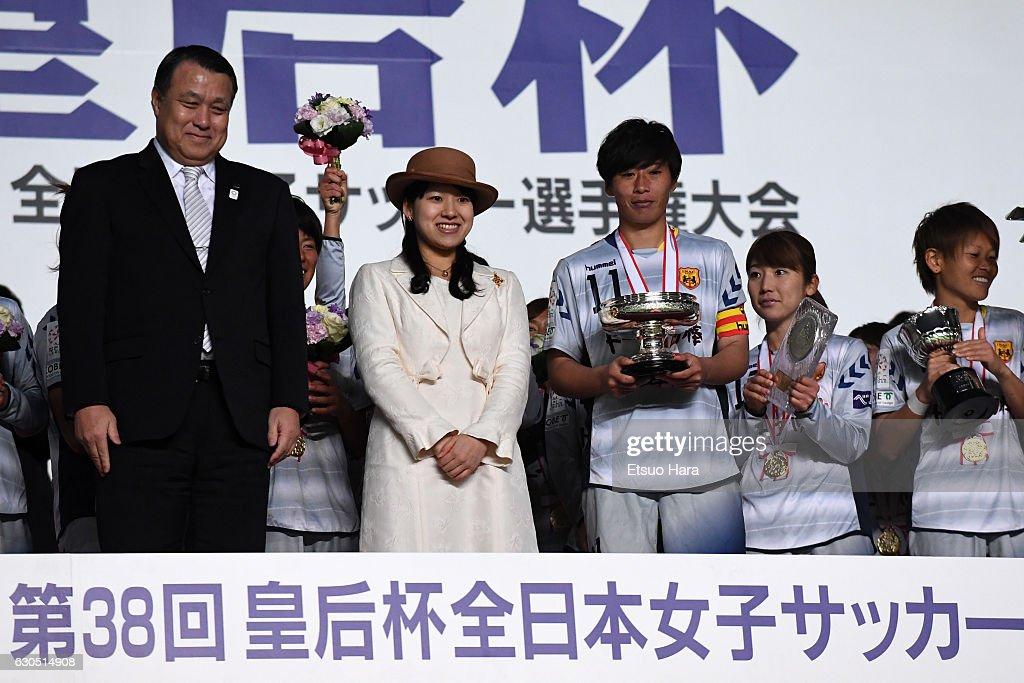 Albirex Niigata Ladies v INAC Kobe Leonessa - 38th Empress's Cup Final : News Photo