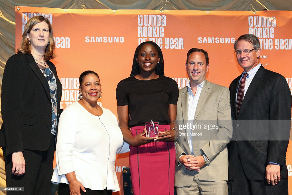 President Laurel J. Richie and Chiney Ogwumike of the Connecticut Sun pose with Sun Head Coach Anne Donovan and team and Mohegan Sun executives at the 2014 WNBA Rookie Of The Year Award press conference on August 28, 2014 at the Mohegan Sun Casino in Uncasville, Connecticut.
