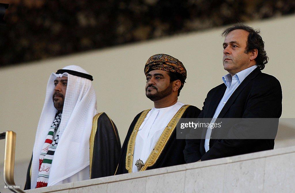 UEFA President Michel Platini (R) attend : Fotografía de noticias