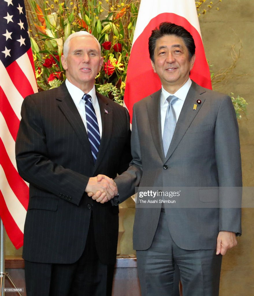¿Cuánto mide Shinzo Abe? - Real height President-mike-pence-and-japanese-prime-minister-shinzo-abe-shake-picture-id915528858