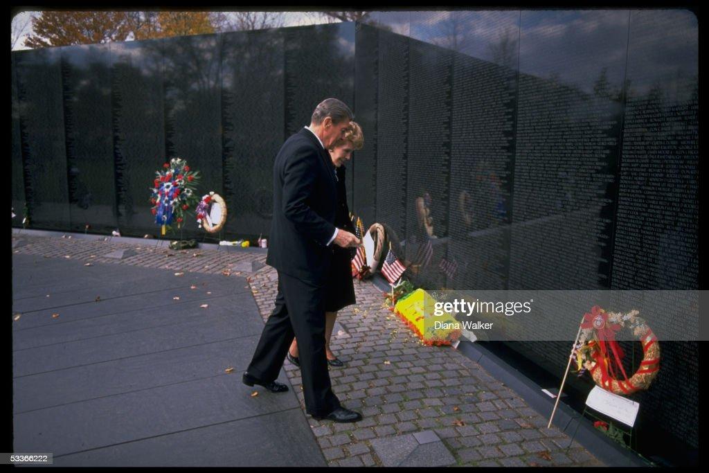 Pres. & Nancy Reagan marking Veteran's Day w. cere : News Photo