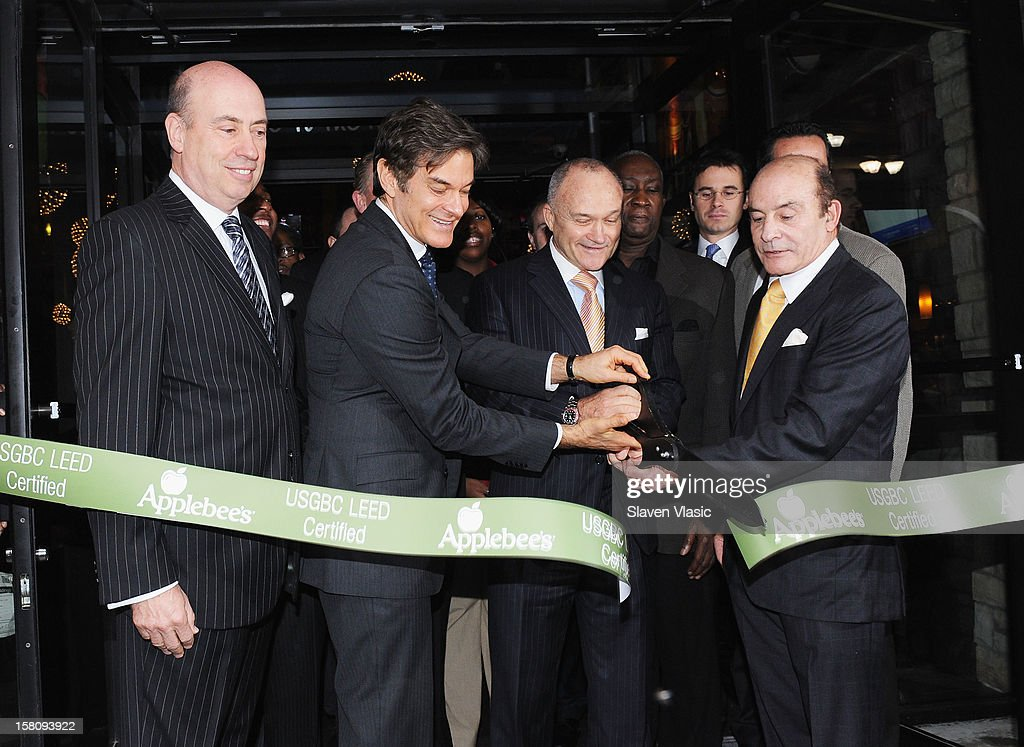 President of Apple-Metro Inc., Roy Raeburn, Dr. Mehmet Oz, NYC Police Comisioner Raymond Kelly and Zane Tankel, Founder and CEO of Apple-Metro, Inc. attend Green and Eco-Friendly Applebee's Ribbon Cutting Ceremony at Applebee's on December 10, 2012 in New York City.