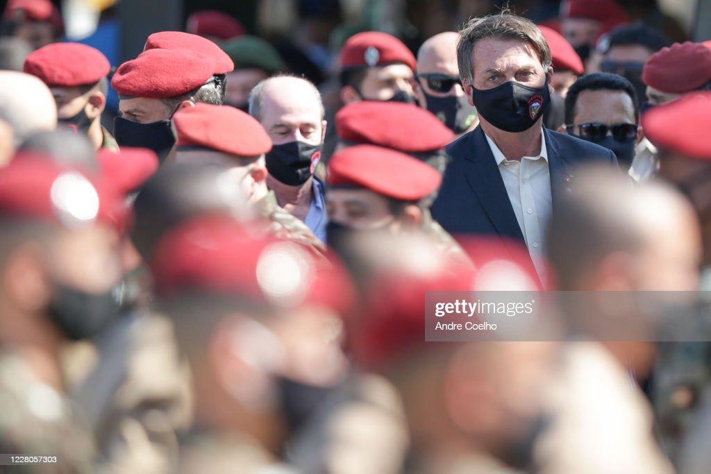 Bolsonaro Participates in New Parachuters Graduation Ceremony in Rio de Janeiro Amidst the Coronavirus (COVID - 19) Pandemic : Fotografía de noticias