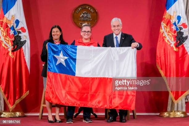 President of Chile Sebastián Piñera poses acompanied by the Minister of Sport Pauline Kantor and athlete María Fernanda Valdés during the farewell...