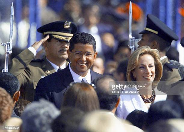 President of El Salvador Francisco Flores arrives with his wife Lourdes to the inauguration ceremony in Managua Nicaragua 10 January 2002 El...