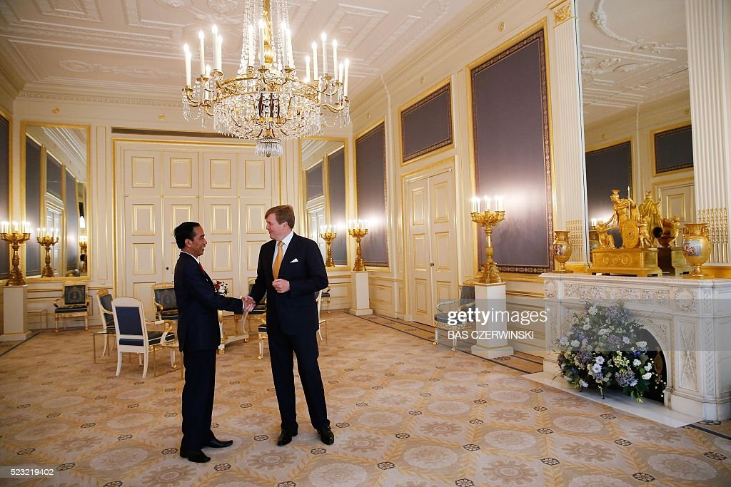President of Indonesia Joko Widodo (L) is welcomed by Dutch King Willem-Alexander at Noordeinde Palace in The Hague, on April 22, 2016. Widodo is on a two-day visit to the Netherlands during a trip through Europe. / AFP / ANP / Bas Czerwinski / Netherlands OUT