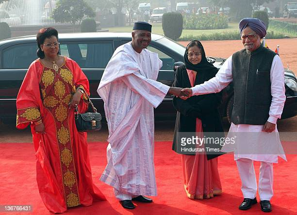 President of Mali Amadou Toumani Toure shaking hand with the Indian Prime Minister Manmohan Singh as his wife Lobbo Traore and President Pratibha...