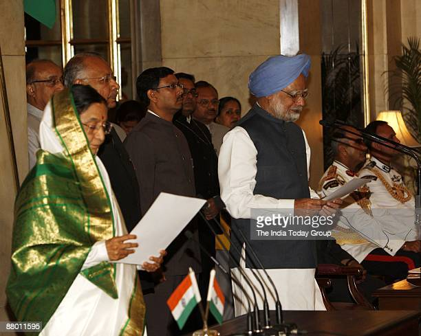 President Pratibha Patil administers the oath to Manmohan Singh during the swearingin ceremony on May 22 2009 in Delhi India