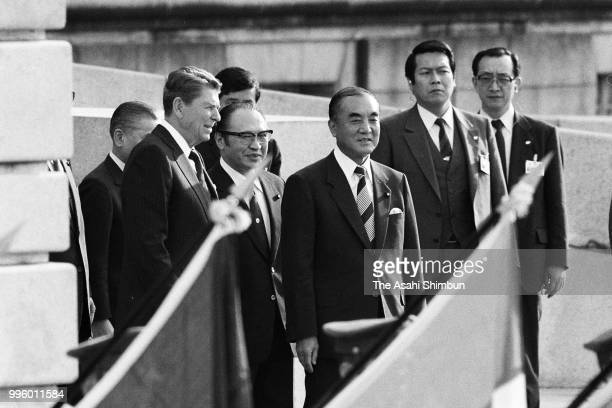 US President Ronald Reagan attends the welcome ceremony with Japanese Prime Minister Yasuhiro Nakasone ahead of the Summit meeting at the Akasaka...