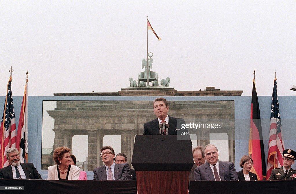 US President Ronald Reagan, commemoratin : News Photo