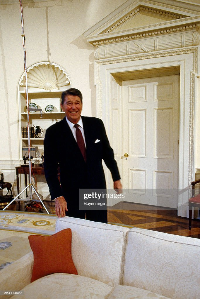 filethe reagan library oval office. Ronald Reagan Oval Office. President Jokes Around In The Office Of White Filethe Library