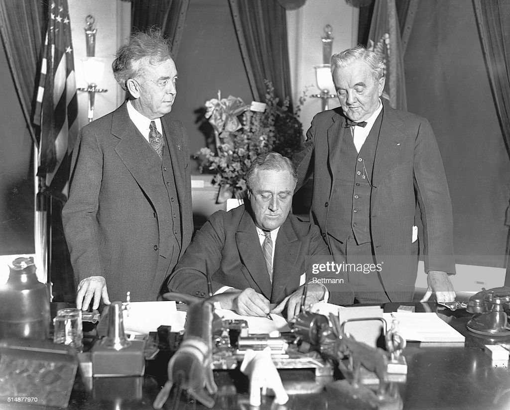 Roosevelt Signing Tennessee Valley Authority Bill : ニュース写真
