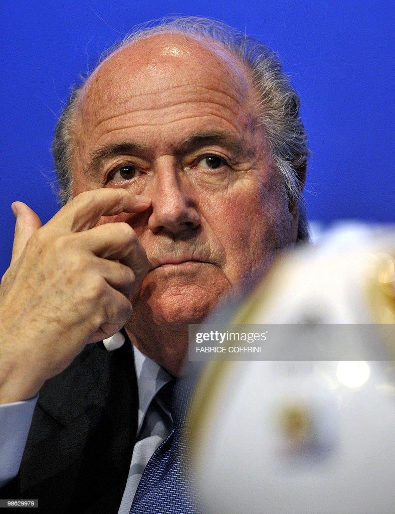 FIFA president Sepp Blatter gestures dur : Nieuwsfoto's