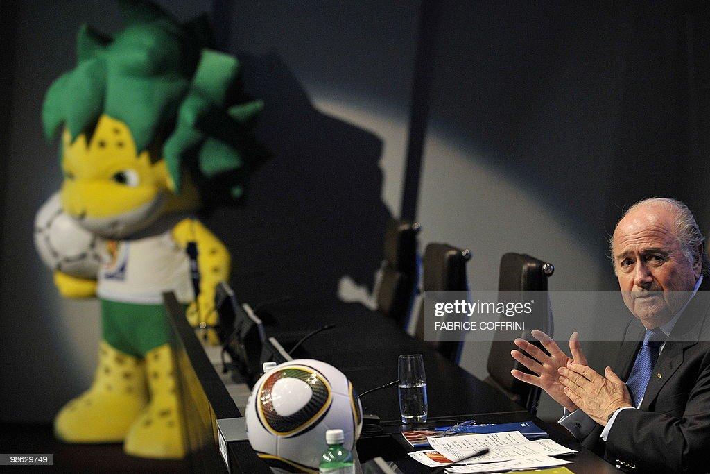 FIFA president Sepp Blatter gestures wit : Nieuwsfoto's