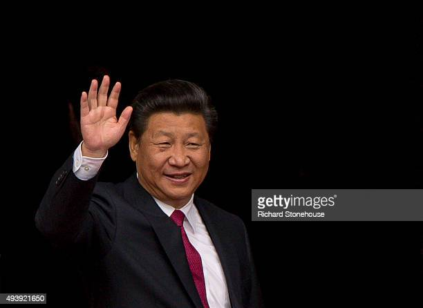 President Xi Jinping waves as he visits Manchester Town Hall on October 23 2015 in Manchester England After listening to a presentation from Dame...