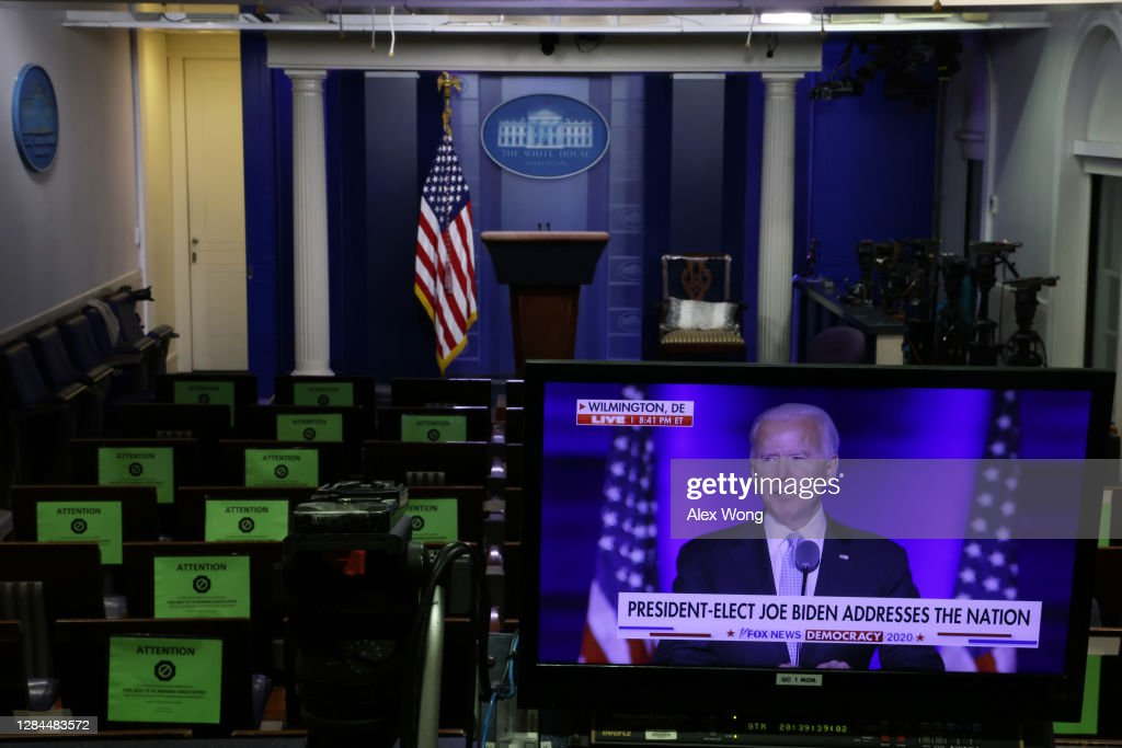 President-Elect Joe Biden's Address To The Nation Is Shown On Televisions At The White House : Nieuwsfoto's