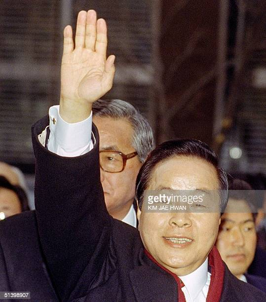 Presidentelect Kim YoungSam of the DLP party waves to supporters as he attends a press conference 19 December 1992 after his victory in Seoul