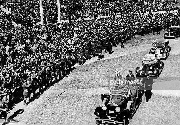 Presidential Campaign between President Franklin D Roosevelt and his opponent Alfred Landon Roosevelt enters Wichita Kansas greeted by masses United...