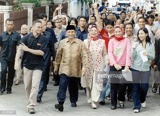 Presidential candidate Amien Rais and his wife Kusnariyati Sri Rahayu lead a group through the streets of Yogjakarta 05 July 2004 as the country goes...