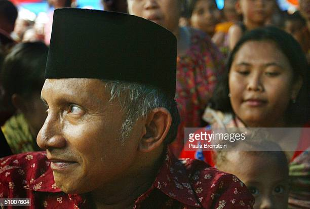 Presidential candidate Amien Rais campaigns at the Jakarta Stock Exchange June 29 2004 in Jakarta Indonesia Candidates have entered the final days of...