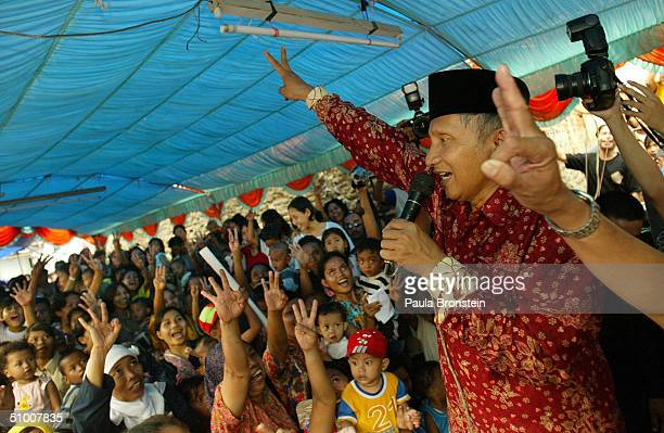 Presidential candidate Amien Rais campaigns June 29 2004 in Cengkareng a slum area west of Jakarta Indonesia Candidates have entered the final days...